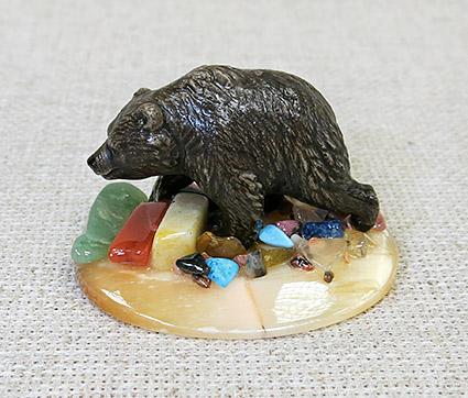Настольный сувенир Медведь-кроха, идущий на селените