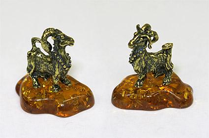 Фигурка из латуни Коза с бусами на янтаре