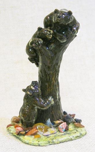 Фигурка Три медведя на пне на змеевике с самоцветами, 1346
