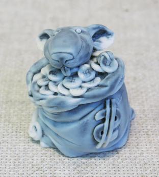 Фигурка Крыса в мешке баксов